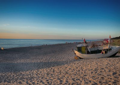 Kuter na plaży w Dąbkach